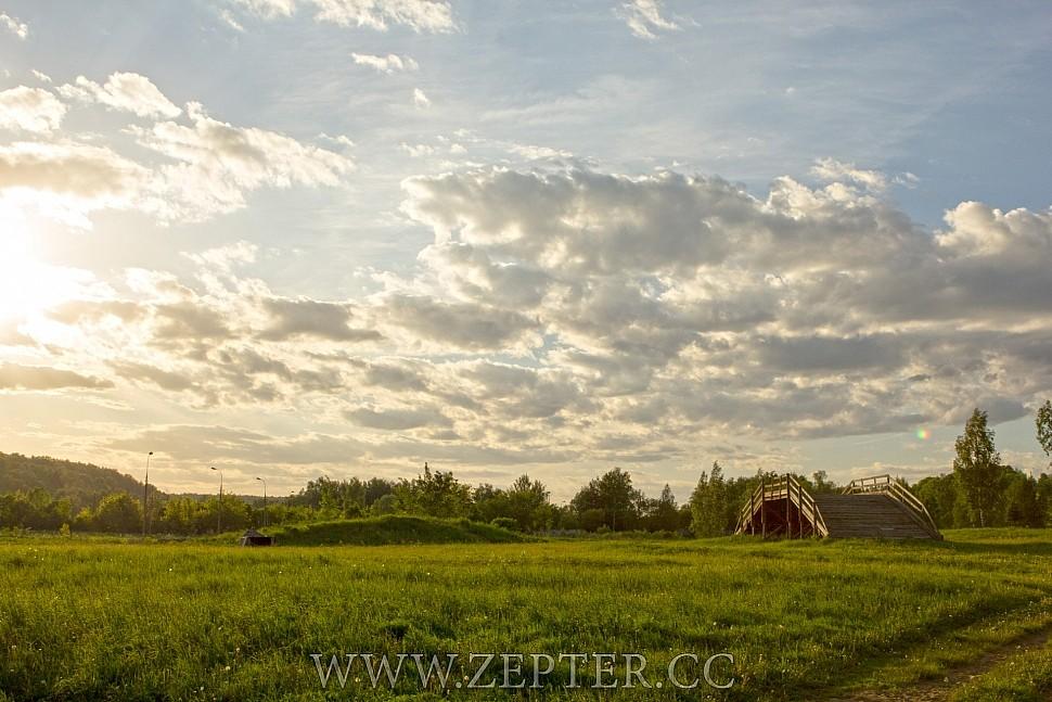 Предзакатная майская дымка на красивом поле